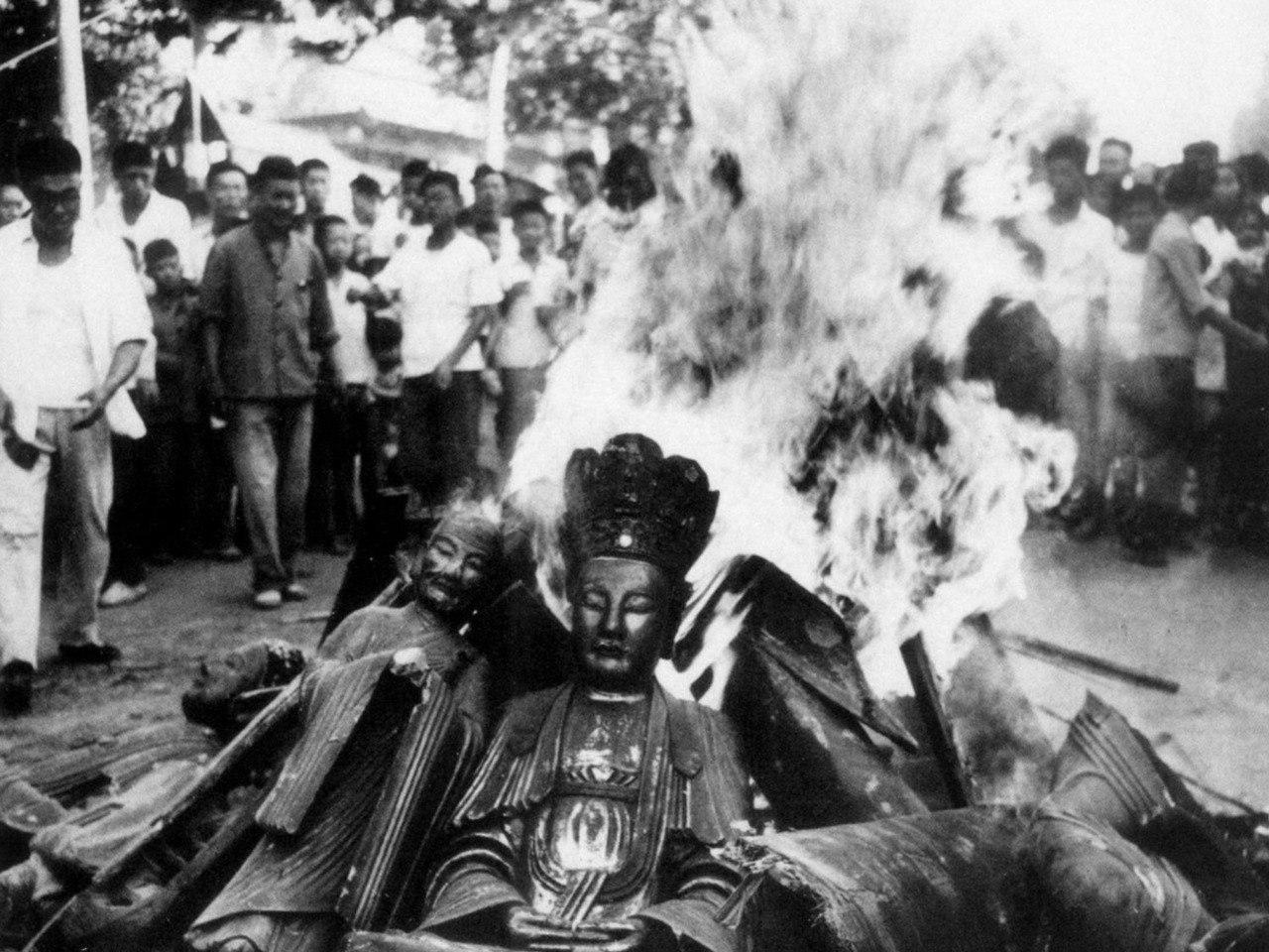 Маоисты уничтожают буддистские святыни, 1949 год.