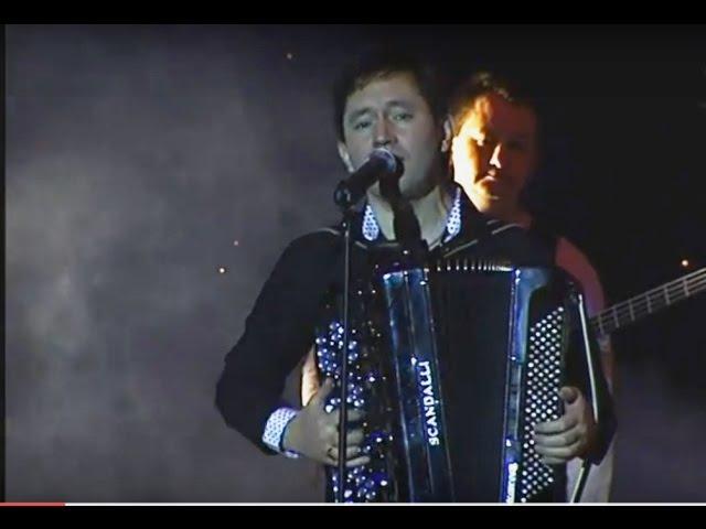 Айдар Галимов берет баян и поет задушевную песню