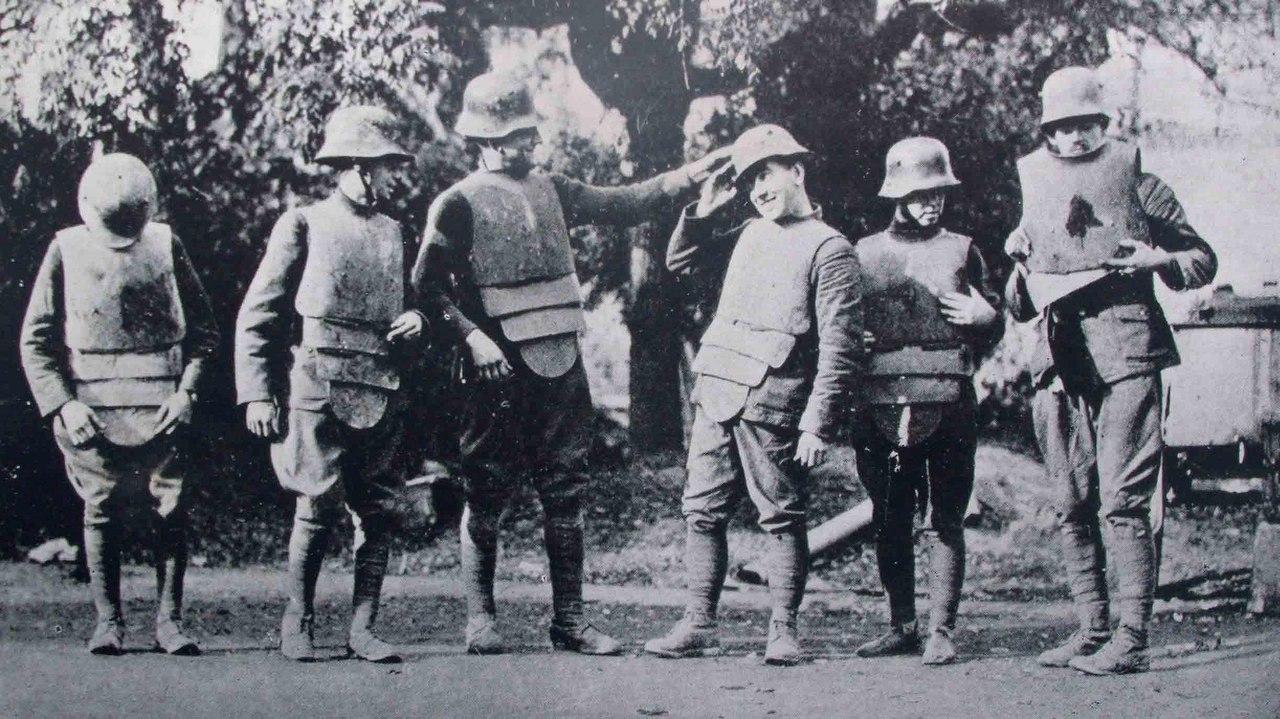 Американские солдаты примеряют трофейные немецкие панцири и каски ,август 1918г