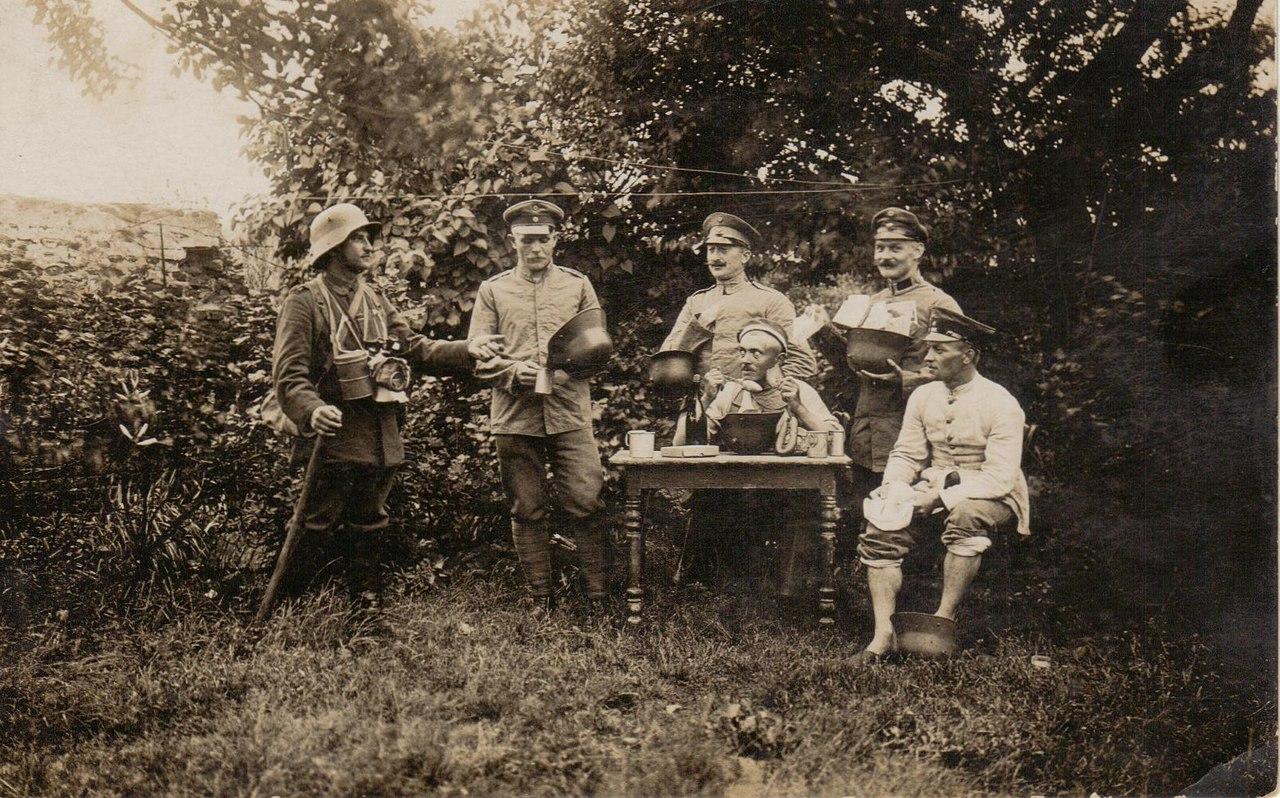 """""""Множество способов использовать штальхельм""""- немецкое фото 1916г"""