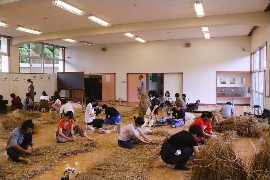 NJJbJ1uW91I - Скульптуры из соломы - японцы знают толк в осенних развлечениях