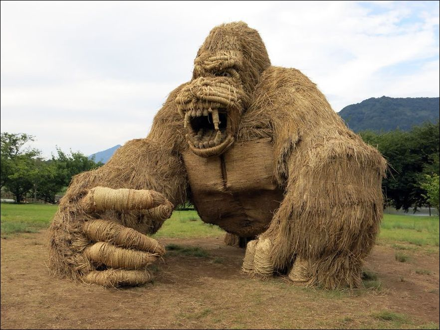 P3bQkGuZCrQ - Скульптуры из соломы - японцы знают толк в осенних развлечениях