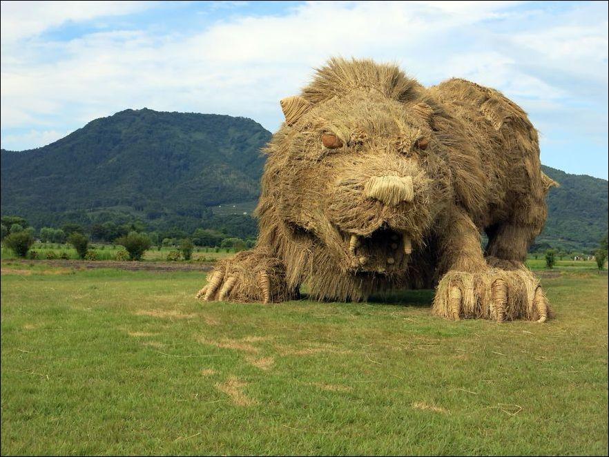baEWT836ENc - Скульптуры из соломы - японцы знают толк в осенних развлечениях