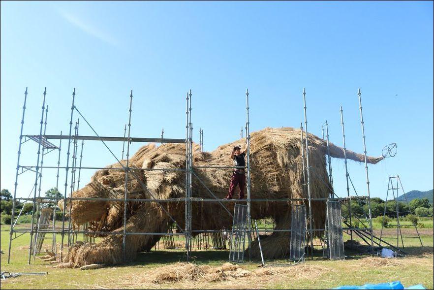 OJ RhPZUhdk - Скульптуры из соломы - японцы знают толк в осенних развлечениях