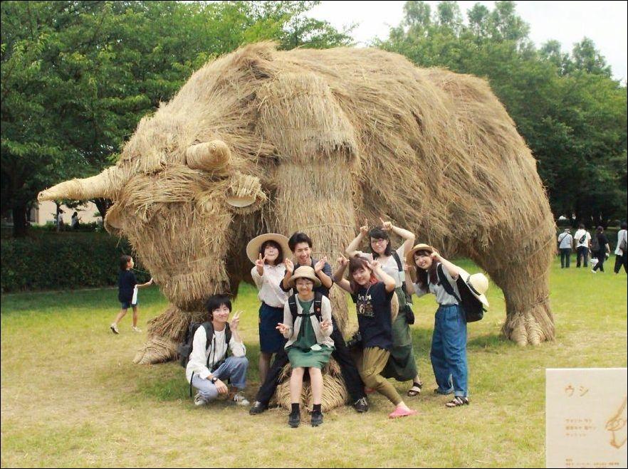GsHSNLO1R6g - Скульптуры из соломы - японцы знают толк в осенних развлечениях