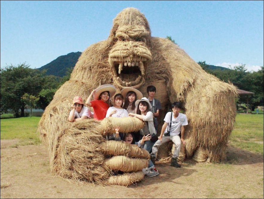 vkQhxZElnwY - Скульптуры из соломы - японцы знают толк в осенних развлечениях