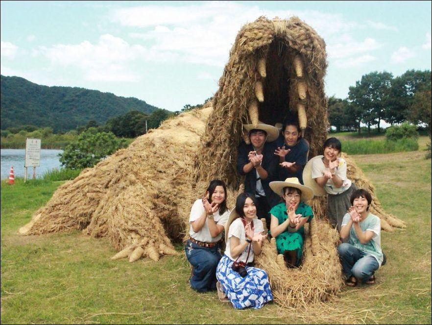 4lKn3U19K4 - Скульптуры из соломы - японцы знают толк в осенних развлечениях