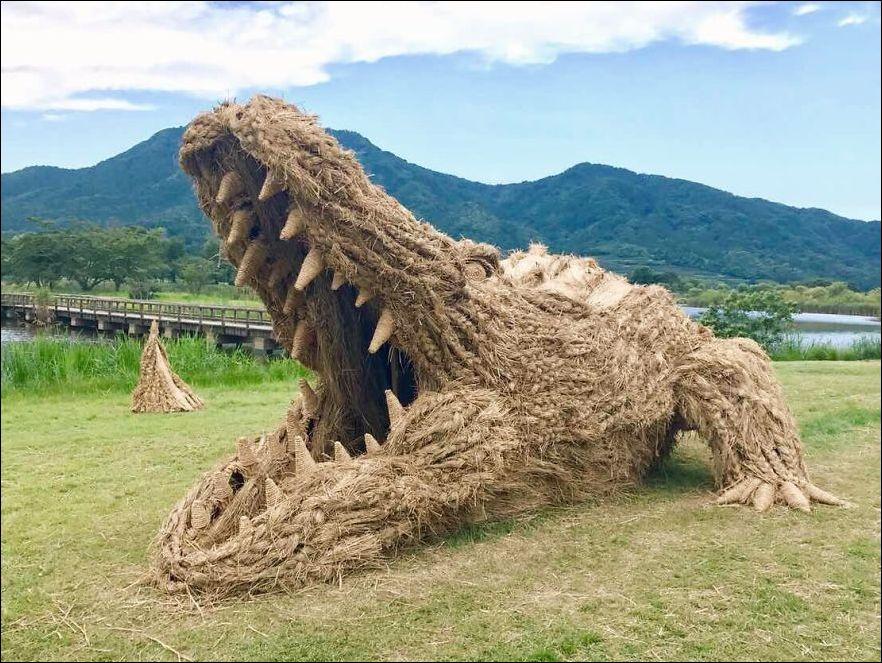 Wl a2Fu4UmQ - Скульптуры из соломы - японцы знают толк в осенних развлечениях
