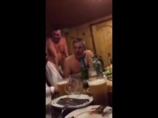 Мужик в бане рассказывает анекдот проДва путя и все валяются со смеху)))