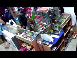 Сорвали куш! На Урале четверо мужчин вынесли из магазина игровой автомат