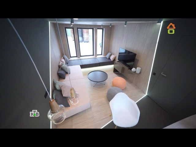 Дачный ответ: Гостиная согромными окнами, контрастной отделкой ипарящими диванами