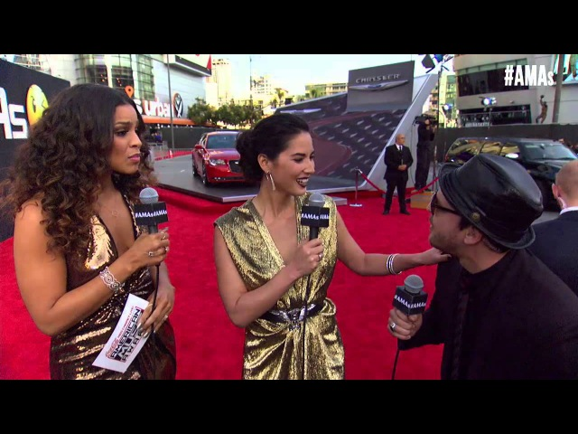 Olivia Munn Red Carpet Interview - AMAs 2014