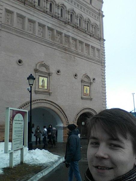 Вход в кремль платный, а окромя монастыря там интересного нет. внутри кремля я во Владимире гуляю — хватает.