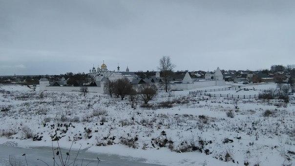 И некий монастырь на соседнем берегу