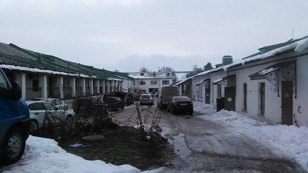 В Суздале возле ярмарки стоит крытый одноэтажный пассаж. Но паркуются даже в его дворе.