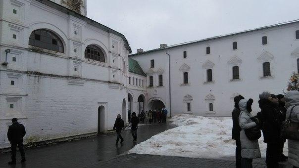 Внутри монастыря, конечно, много туристов. Но мы же смотрим на архитектуру. Эстетику здания. Смотрим на узкие, но частые бойницы кельев с фальш-фасадами. Только средний ряд с большими окнами — там, очевидно, учебные помещения.