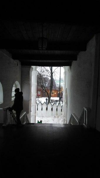 Русские порталы в дом отличаются лестницей с обязательным крыльцом под крышей. Всё это можно увидеть на Храме Василия Блаженного, но здесь как-то совсем гипертрофированно. Лестница в три пролета, широченная. У храма словно нет четырёх сторон (которые очень важны для храмов.