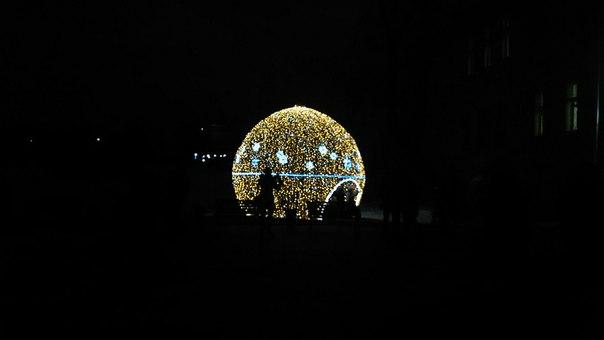 Сбербанк здесь никто не предупредил, что можно поставить шар с огромным логотипом, как в Нижнем Новгороде.