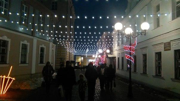 Самое красивое украшение городской улицы, которое мы только встречали с Настей — растяжки из герлянд. Очень просто и дешево, но как волшебно смотрится этот ковёр. Во Владимире это возможно благодаря узким улочкам.