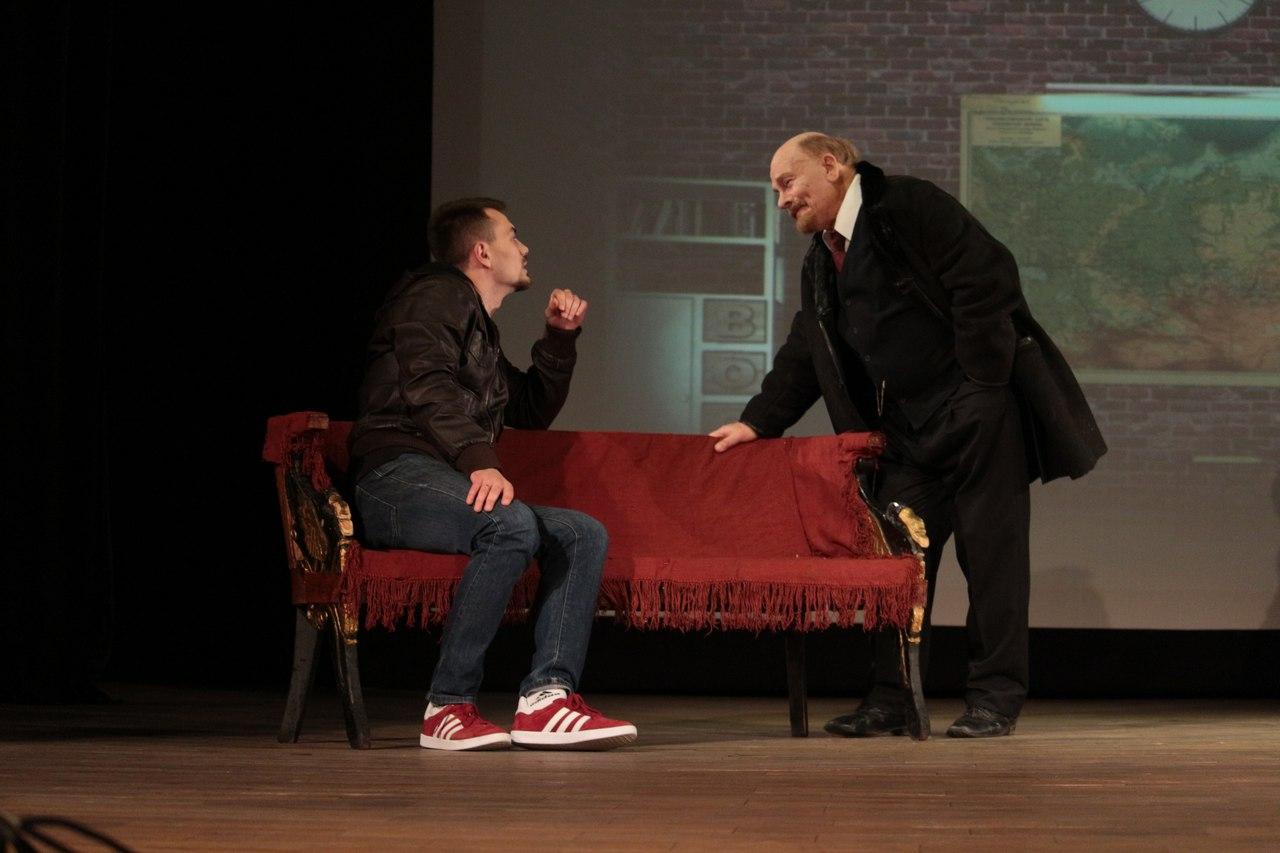 Академия Матусовского показала премьеру спектакля к 100-летию Октябрьской революции