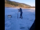 Девушка эпично бурит дырку прикол на зимней рыбалке