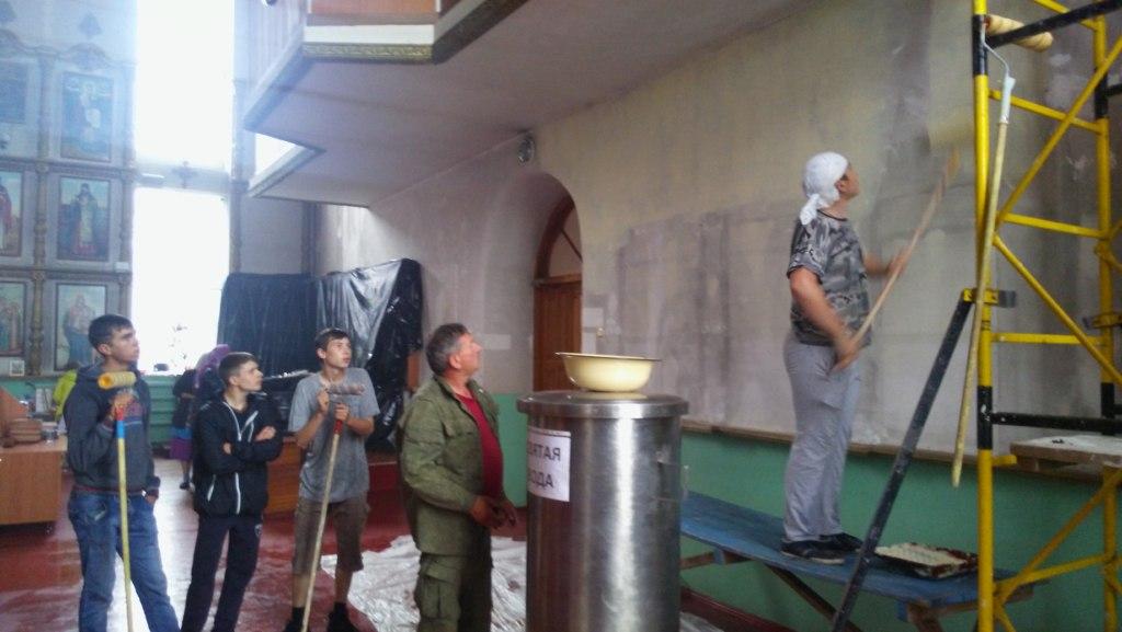 Молодёжь станицы Зеленчукской покрасила стены храма Петра и Павла