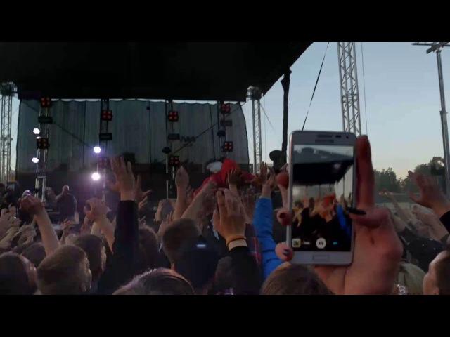Макс Корж на концерте упал к людям на руки