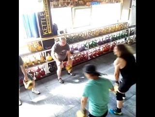 Групповое жонглирование гирями. Клуб