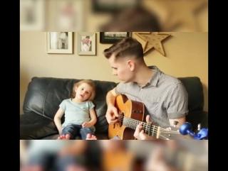 Отец и дочь поют под гитару