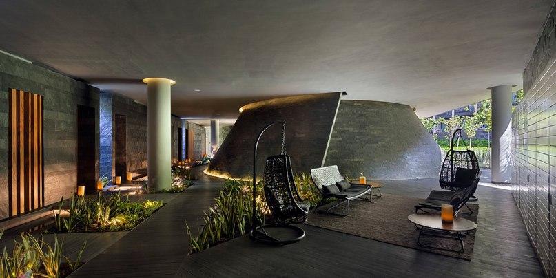 Райский мексиканский городок Плайя-дель-Кармен сделал большой шаг в развитии туристического направления благодаря отелю Grand Hyatt Playa del Carmen, спроектированного компанией Sordo Madaleno Arquitectos и открывшего свои двери туристам в 2015 году.