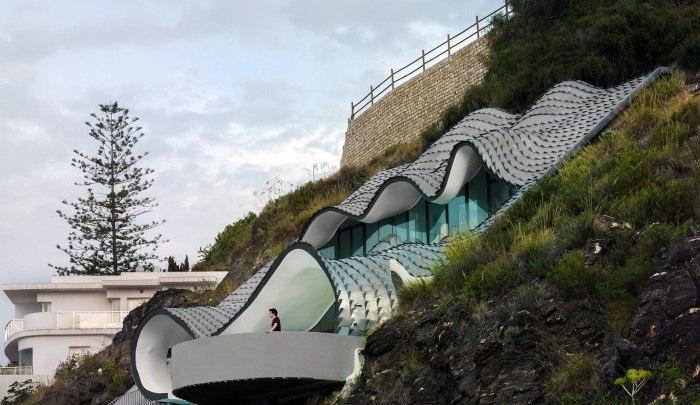 На склоне холма в живописной Гранаде (Испания) появился не менее эффектный авангардный особняк.