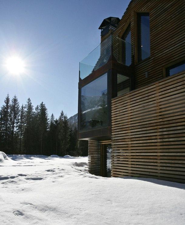 Французская фирма Сhevellier Аrchitectes превратила деревянный сарай в роскошный особняк в заснеженных горах долины Шамони-Монблан во Франции, стремясь максимально использовать и развить пространство существующего объема, который не может быть изменен из-за ограничений планирования.