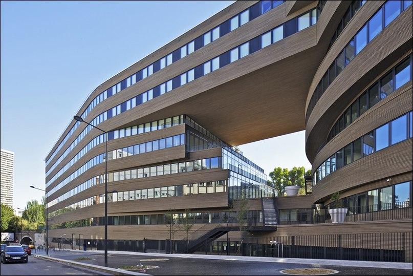 Здание Выдвинутые Плиты находится между двумя совершенно разными городскими сетями: плотной городской застройки на севере и рыхлой городской тканью на юге с ее четко выраженной прямой инфраструктурой.