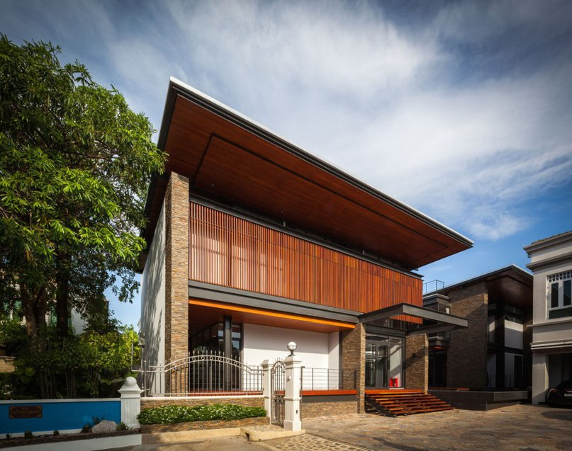 Surprising Bridge House in Thailand Accommodating a Two-Generation Family (Part 2)