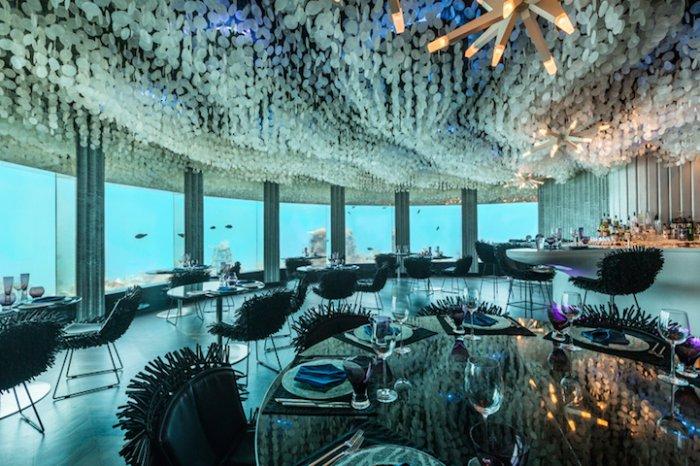 Невероятно красивый и аутентичный панорамный вид открывается за стеклами подводного ресторана, построенного на мальдивском курорте Нияма.