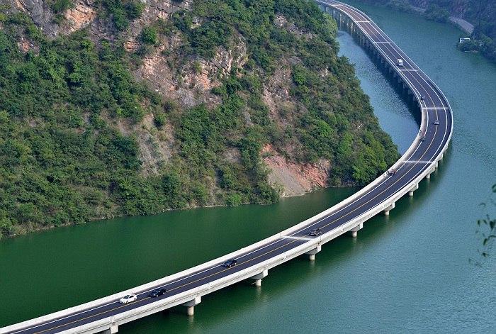 Этим летом в китайской провинции Хубэй (Hubei) состоялось праздничное открытие нового инженерного чуда – автомобильного моста.