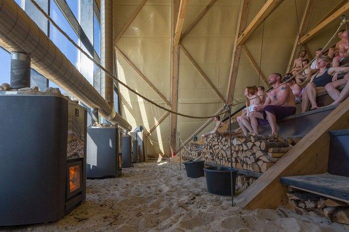 В рамках первого арктического арт-фестиваля SALT на берегу норвежского острова Sandhornøya построена конструкция, которая как нельзя лучше согреет отдыхающих за Полярным кругом, а именно - самая большая в мире сауна из дерева.
