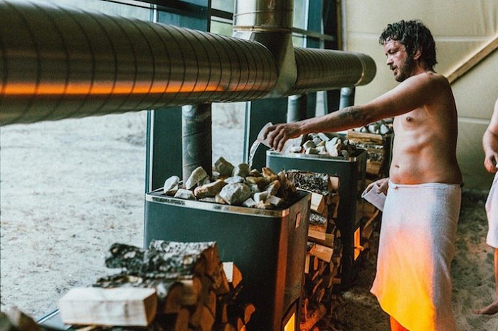 В рамках первого арктического арт-фестиваля SALT на берегу норвежского острова Sandhornøya построена конструкция, которая как нельзя лучше согреет отдыхающих за Полярным кругом, а именно — самая большая в мире сауна из дерева.