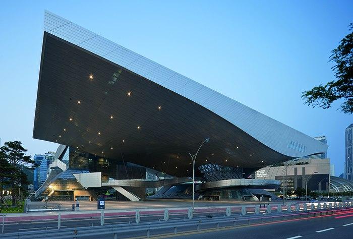 Уникальный кинотеатр с самой протяженной консольной кровлей в мире (вынос — 85 м) был построен в Пусане в 2011 году по проекту австрийского бюро Coop Himmelb(l)au.