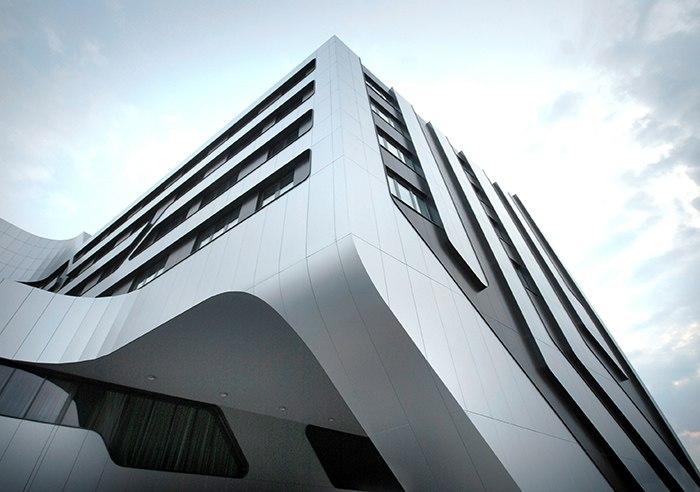 В 2012 году в историческом центре Кракова по проекту известного архитектора Джона Майера был построен современный отель S.