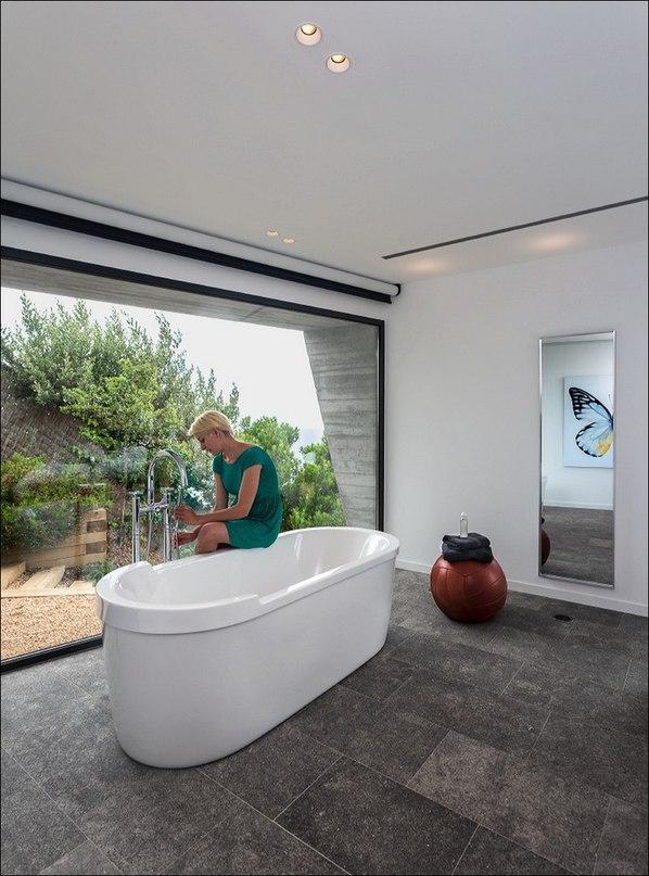 Новая вилла, запроектированная студией Oskar Velez Carrasco, была построена на очень крутом участке земли рядом с известным пляжем Са Риера на испанском побережье Коста Брава в Багуре, Испания.
