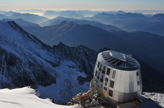 Швейцарский архитектор Эрве Дессимоз (Hervé Dessimoz) совместно с архитектурным бюро Group-H реализовал в Западных Альпах строительство эко-отеля под названием Refuge du Gouter.