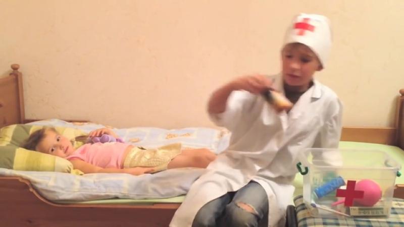 Дети играют в доктора с уколами - Отравление грибами