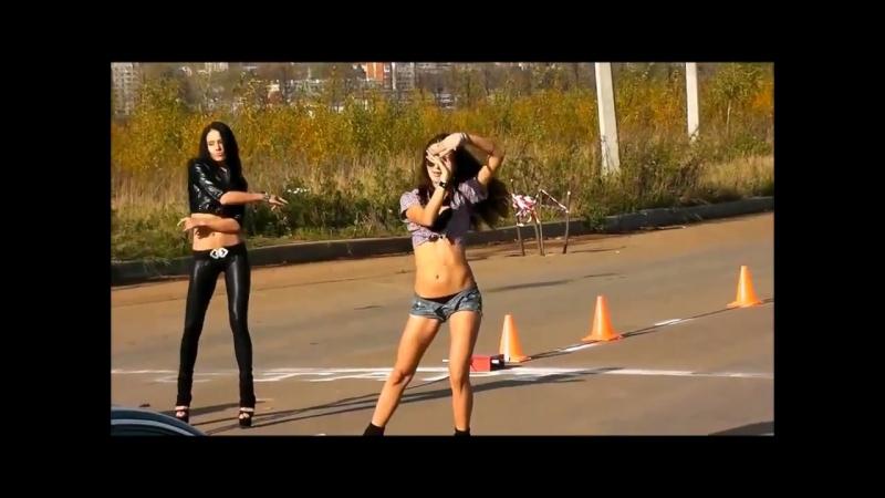 Девушка танцует возле машины гоу гоу