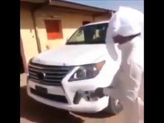 Арабский шейх проверяет на прочность свою машину