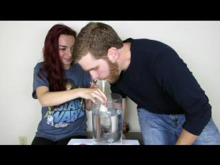 Девушка накурила своего парня с водного