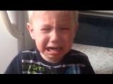 Мальчик просит маму спеть песню