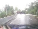 Скользящий грузовик опрокинулся на мотоциклиста