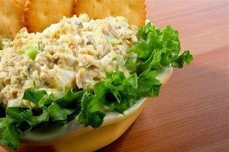Салат с рыбными консервами и сухариками Ингредиенты: 1 банка