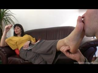Госпоже раб вылизывает ножки Фут-фетиш Foot fetish Licking feet boots #femdom #slave #mistress #toe #heels #worship